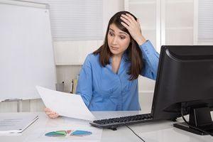 Schockierte Business Frau im Controlling analysiert Kosten